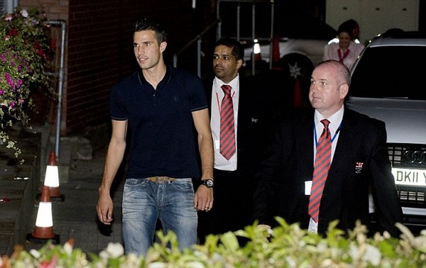 Van Persie arrives at hospital to undergo medical as United transfer nears completion