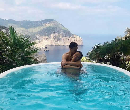 De Jong and his girlfriend's passionate pool photo