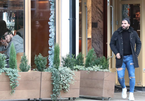 Man Utd star De Gea jokingly sticks his fingers up at Aguero after seeing City rival at Italian restaurant in Hale