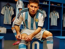 Messi wears the new kit of Argentina