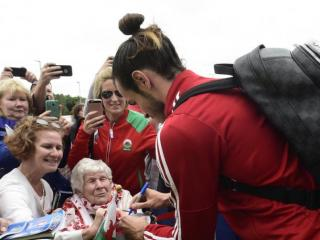 Thousands of fans welcome Wales team home in Cardiff